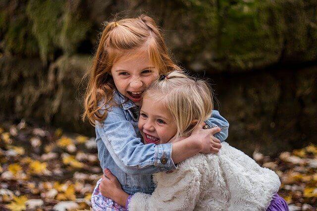 knuffelen leert een kind goed contact maken